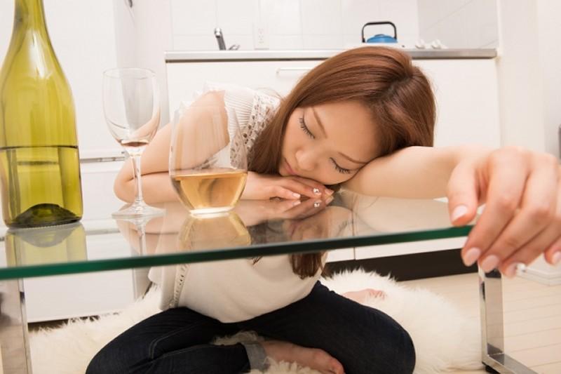 キッチンドリンカーで酔いつぶれた女性
