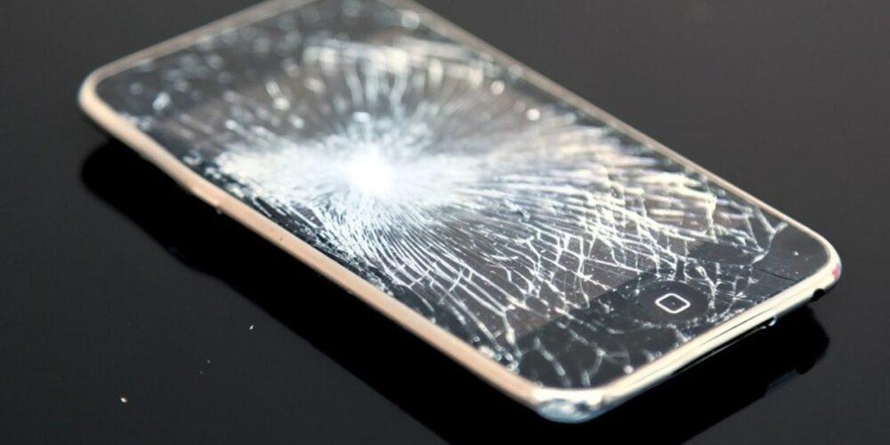 アルコール依存症に多い、物に当たる、携帯を壊す