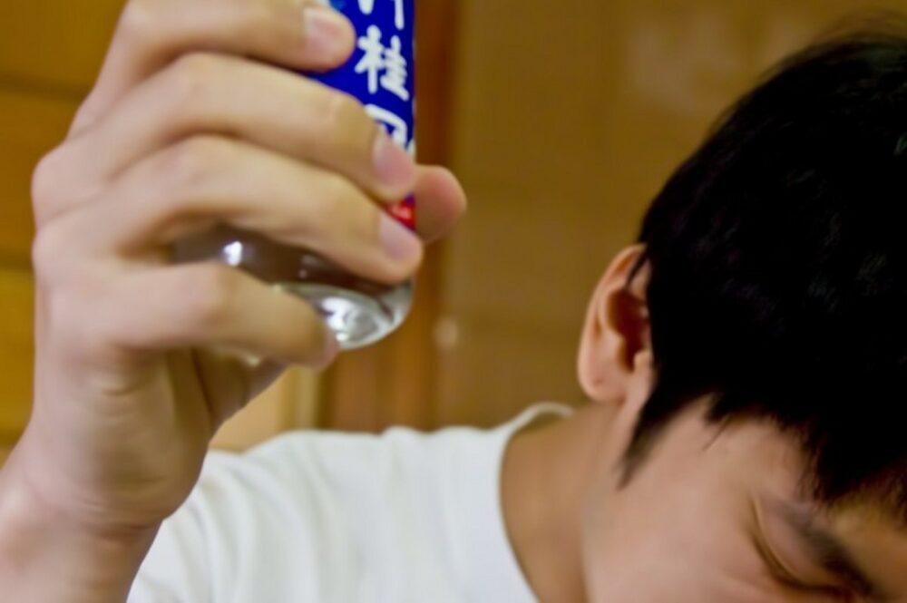 未成年の飲酒 中学生が酒屋で自由に酒を買い、自販機で酒を買い寝酒を始める
