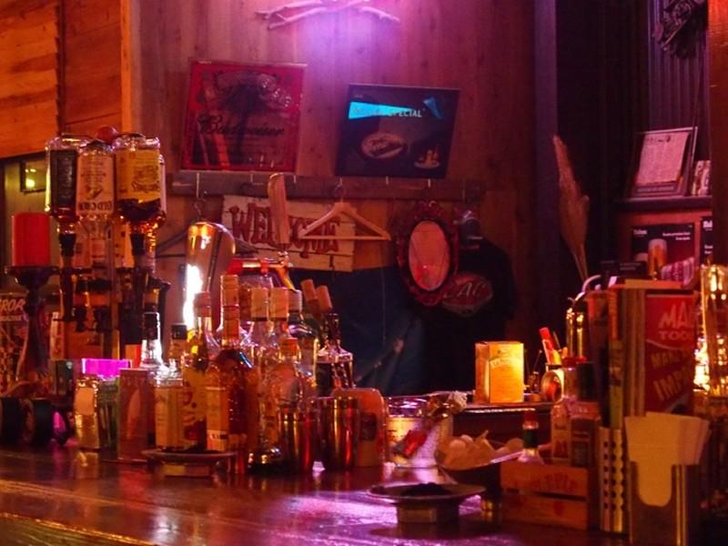 酒で無駄遣いしたお金、バーにて