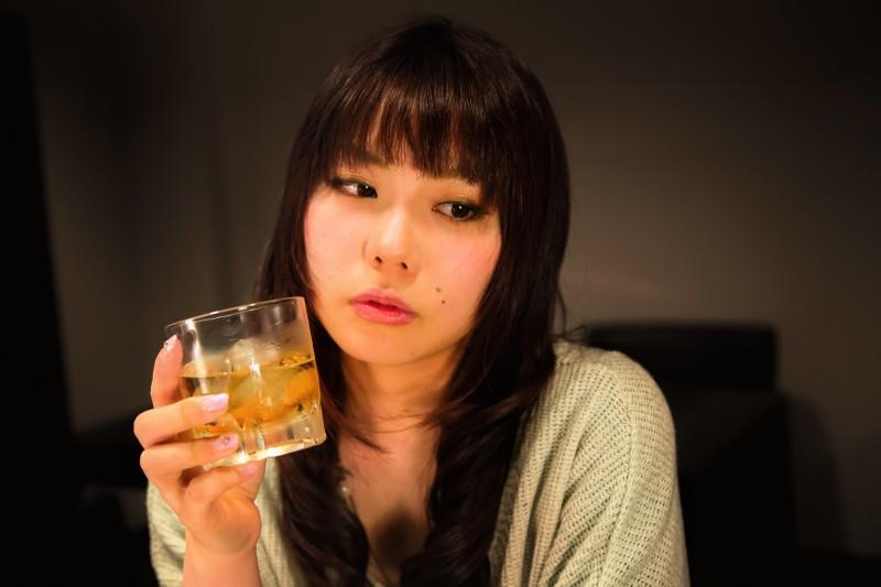 六本木で酒を飲んでナンパされる女性
