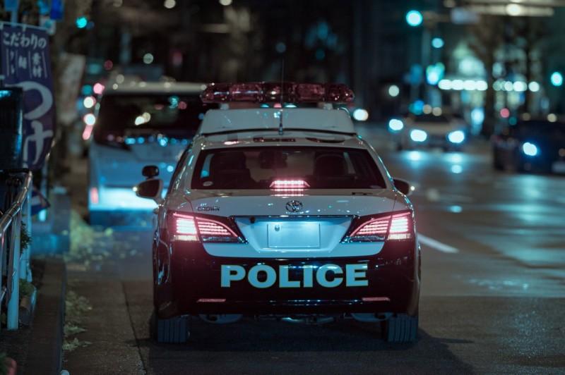 踏切の一時停止違反を取り締まるためパトカーが待機
