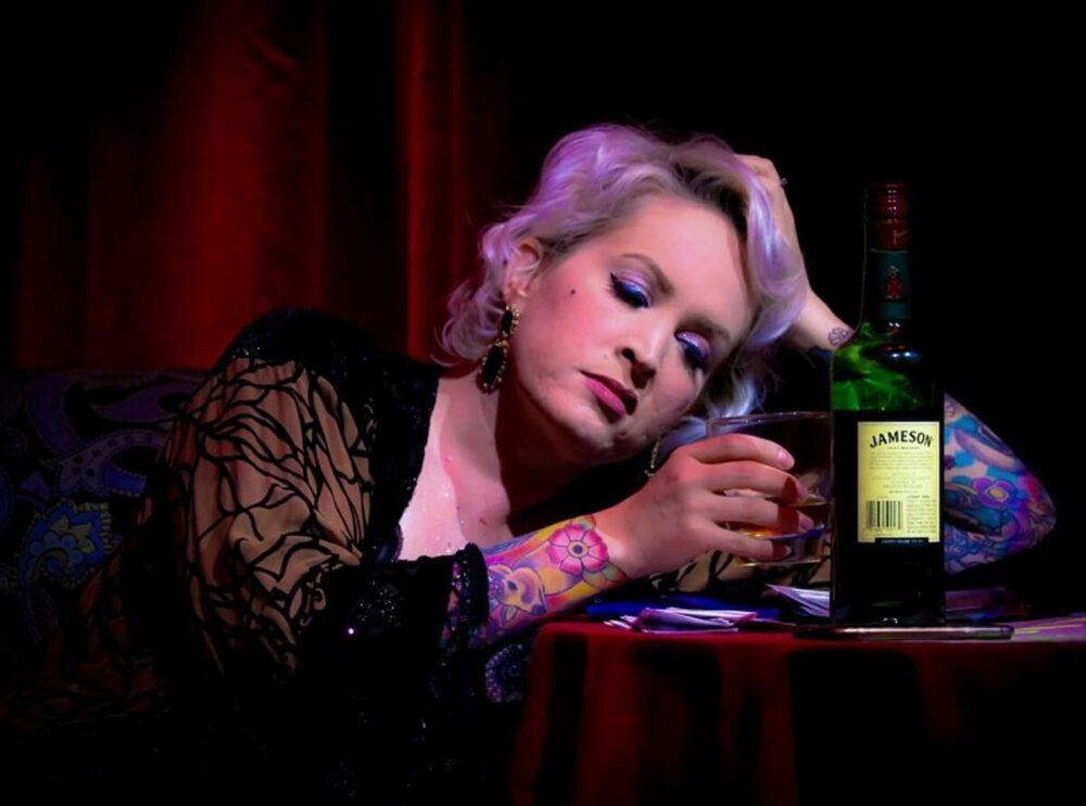 アルコール依存症の外国人女性が断酒できず、ビルから飛び降りる