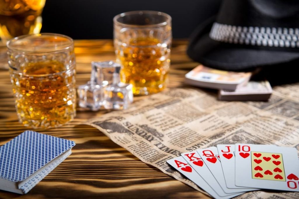 酒の飲み方を知らない店員がウイスキーをなみなみと注ぐ