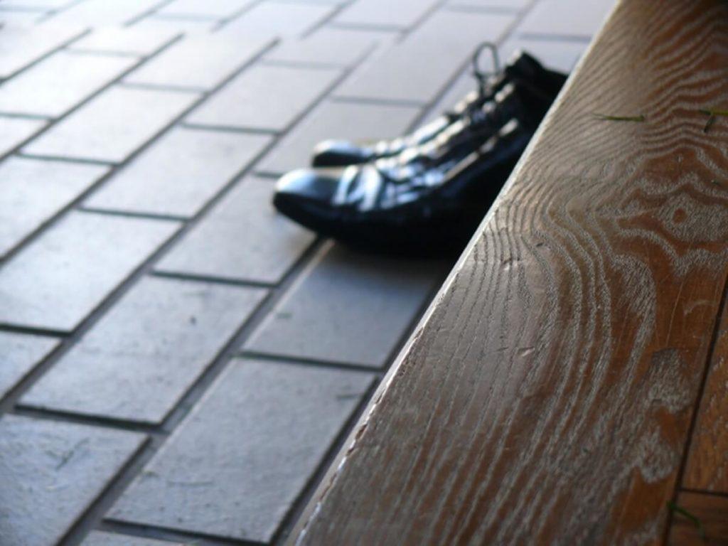 革靴が水浸しに塗れている