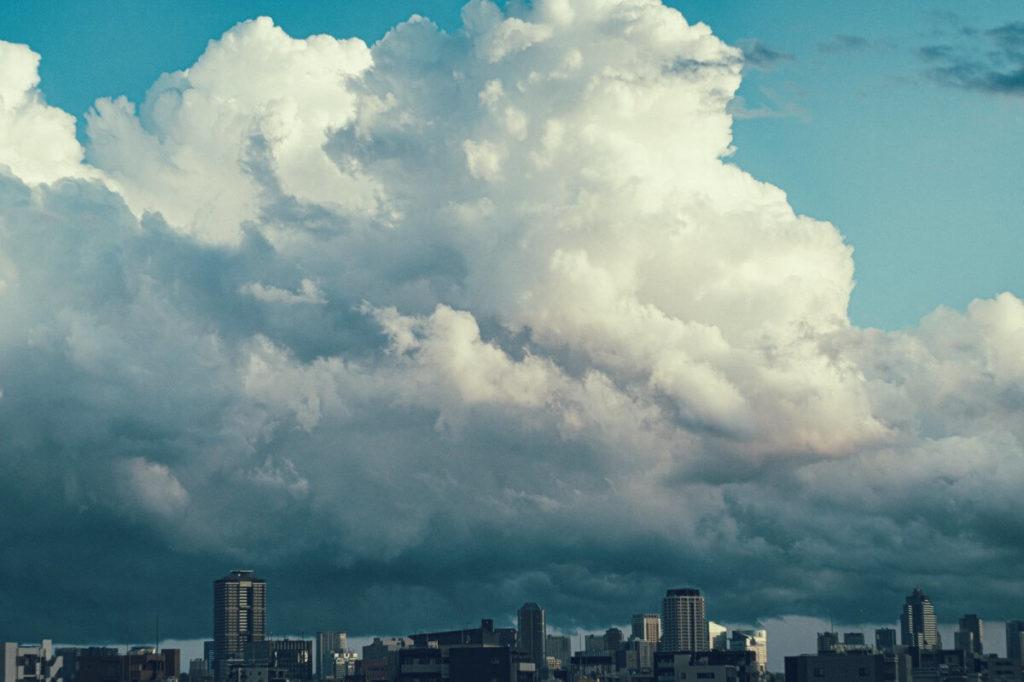 夏の日の入道雲