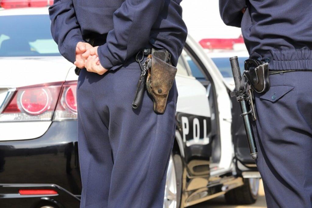4つ目の、警察官に囲まれている画像