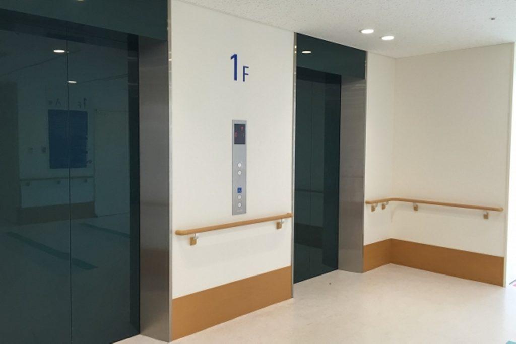 エレベーターで精神科の閉鎖病棟へ移動