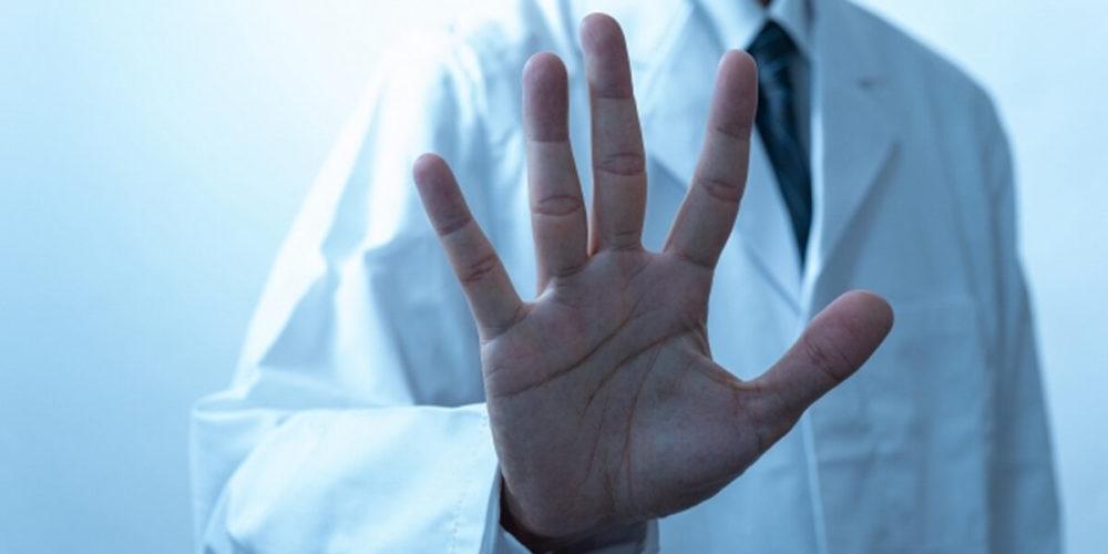瀬野川病院での医師の診察