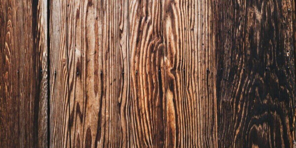 精神病院の保護室の木の壁