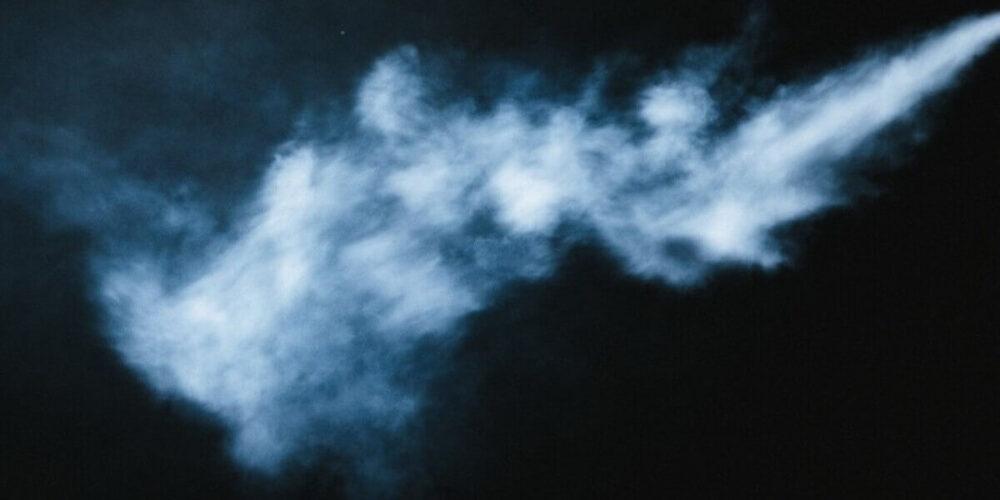隠れてタバコを吸う