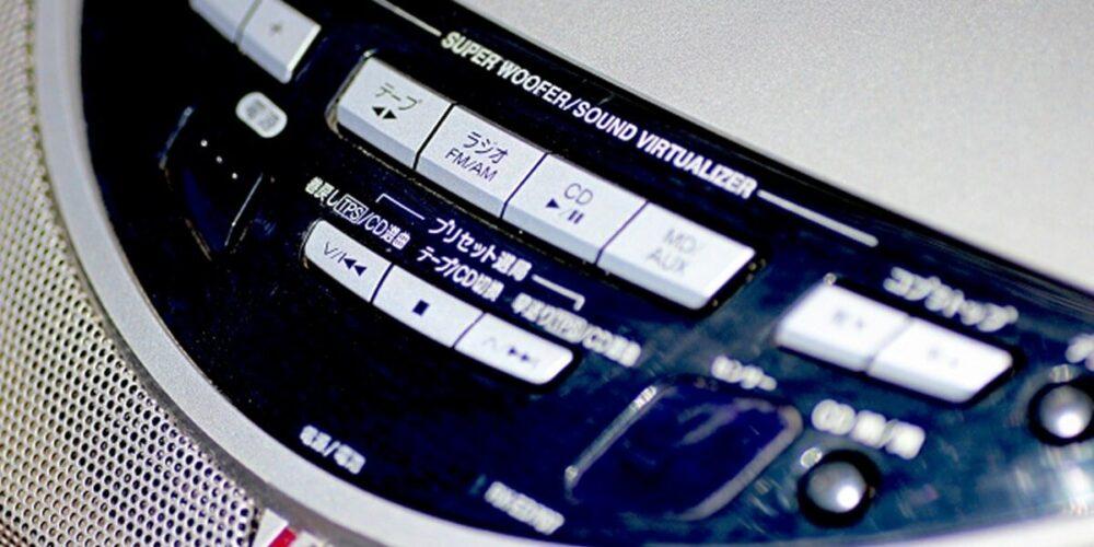 作業療法でラジカセで音楽を聴く