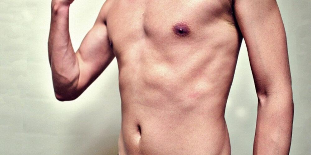 保護室で裸になる患者
