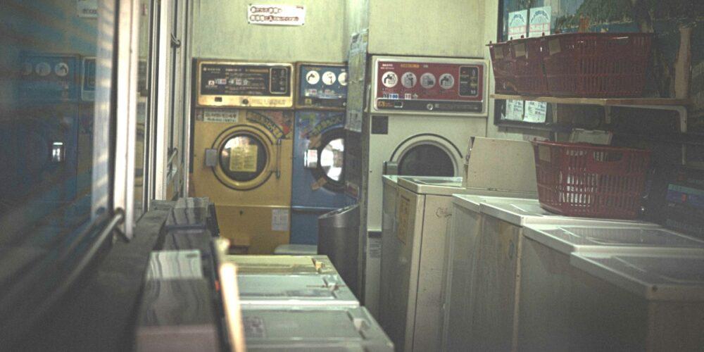 オカマが洗濯場で怪しいことを