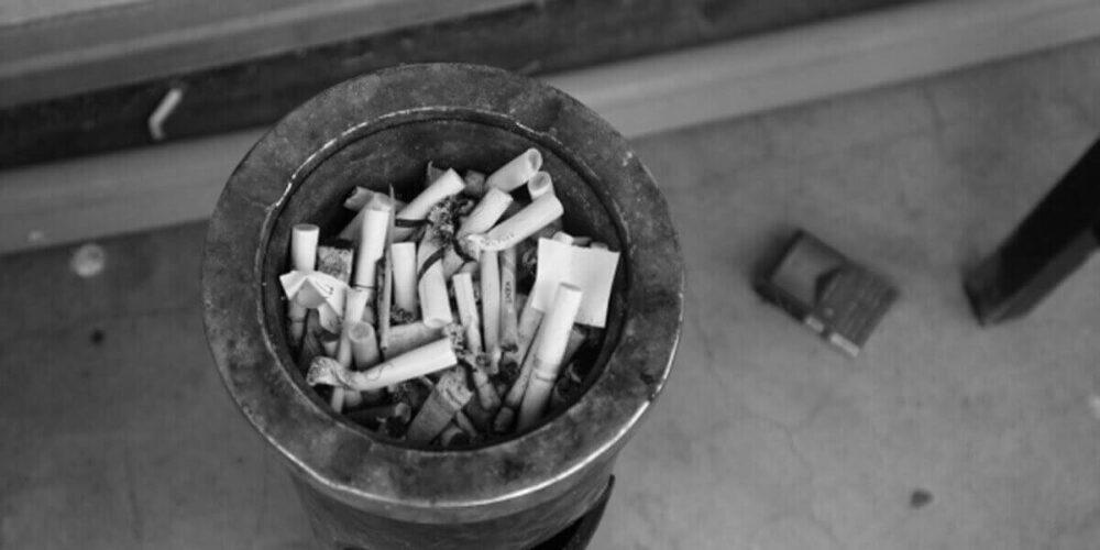 閉鎖病棟の喫煙所の灰皿