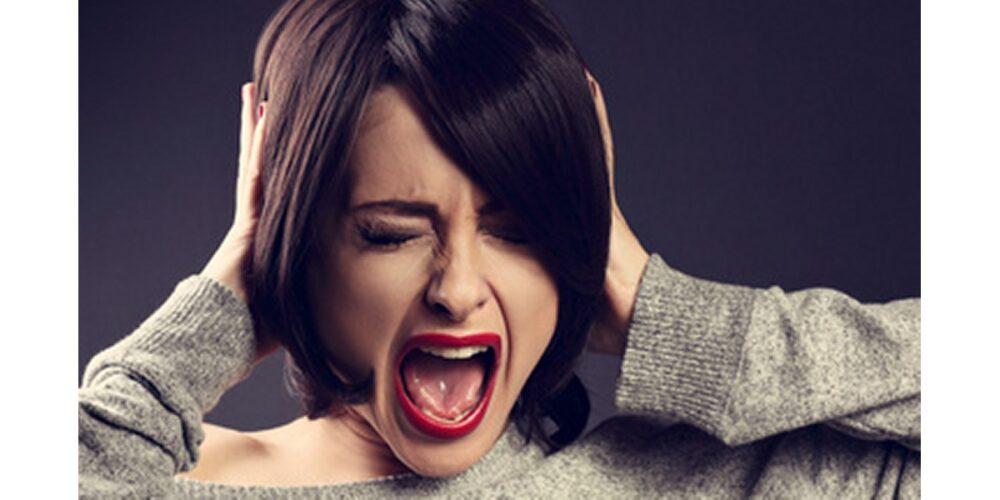 パニック障害で泣き叫ぶ女性