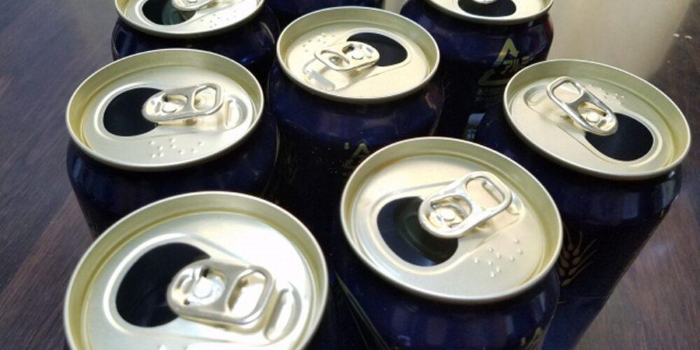 パチンコ店内でビール缶を積み重ねていた