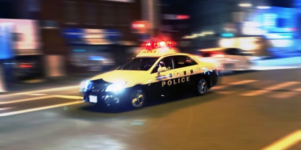 パトカーで福岡県警に連れていかれる